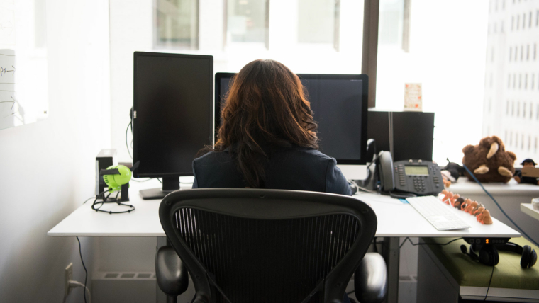 woman-sitting-at-her-desk-infront-of-a-computer